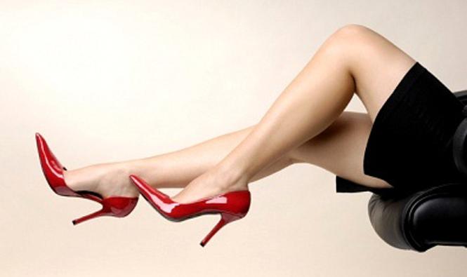 Resultado de imagem para mulheres de salto alto